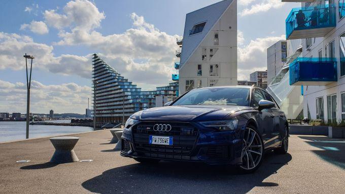 Audi S6 Avant nel quartiere delle case Iceberg ad Aahrus