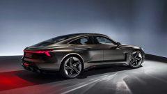 Audi stop sviluppo motori a combustione: la nuova e-tron GT vista da dietro