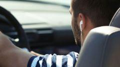 Guidare auto con auricolari: quali rischi? E cosa dice la legge?