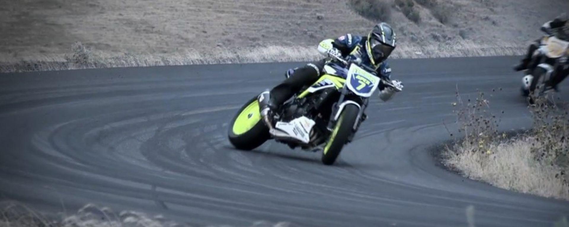 Auto contro moto sfida a tutto drift