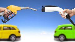 Auto elettrica vs metano: costi, emissioni, rete di rifornimento