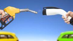 Auto elettrica vs auto a combustione interna: quale differenza di emissioni?