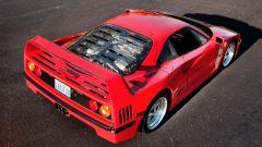 Auto italiane iconiche con motore V8: la Ferrari F40 vista di 3/4 posteriore