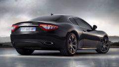 Auto italiane iconiche con motore V8: la Maserati Granturismo vista da dietro