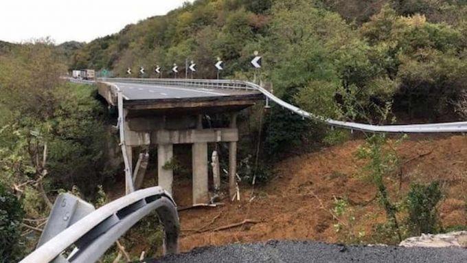 Autostrada A6, il viadotto crollato