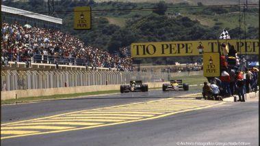 Ayrton Senna (Lotus) e Nigel Mansell (Williams) tagliando appaiati il traguardo del GP di Spagna 1986 a Jerez