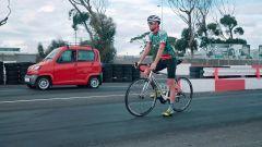 Sfida bici vs auto: il video della drag race