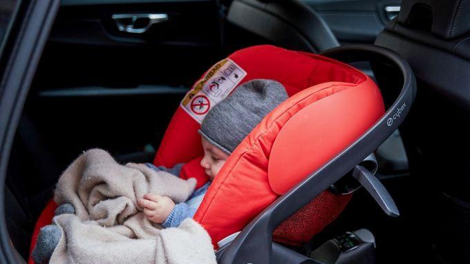 Bambini in auto: il seggiolino va dietro, in senso opposto a quello di marcia