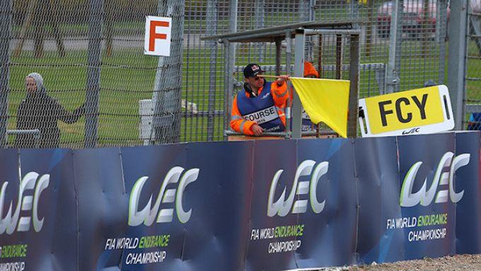 Bandiera gialla con cartello Full Course Yellow in una gara del Wec