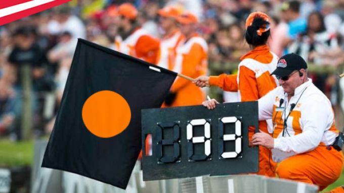 Bandiera nera con cerchio arancione utilizzata in una gara di MotoGP