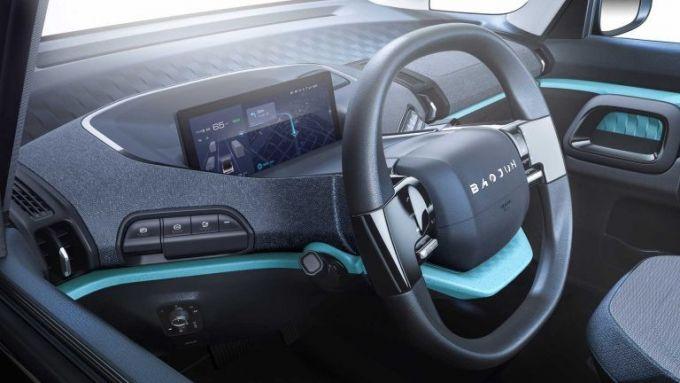 Baojun E300, realizzata con Xiaomi: il posto di guida con il cruscotto digitale