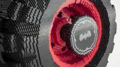 Batmobile di Lego: i grossi pneumatici pesano 45 kg ciascuno