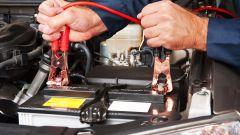 Batteria scarica: come far partire l'auto con i cavi