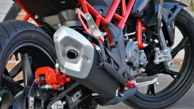 Benelli BN 125: dettaglio di scarico e motore
