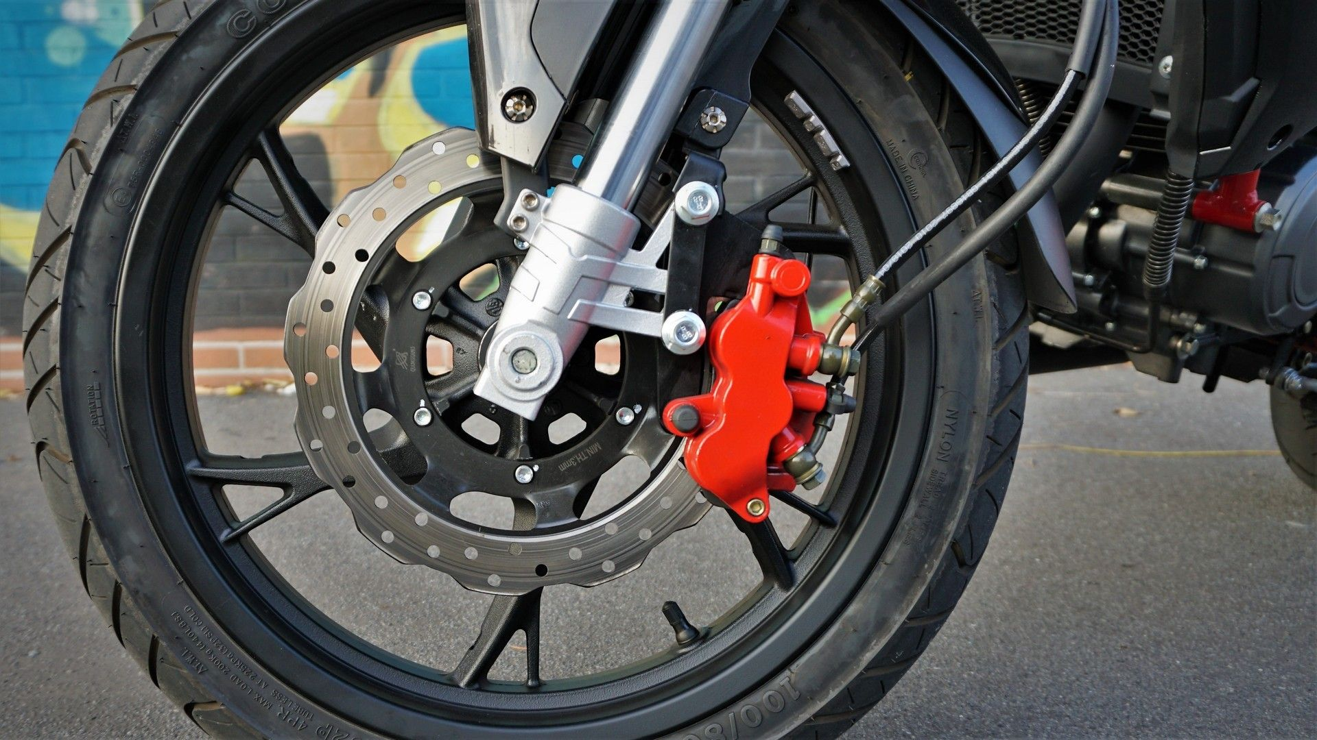Benelli BN 125: la pinza freno anteriore è a triplo pistoncino