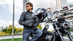 Benelli Leoncino 250: dettaglio di giacca, casco e guanti