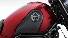 Benelli Leoncino 500 rosso: dettaglio del serbatoio