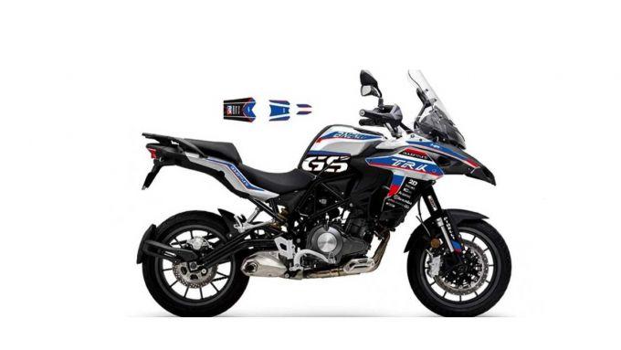 Benelli TRK 502 o BMW R 1250 GS? Il kit di adesivi per la moto di Pesaro confonde...