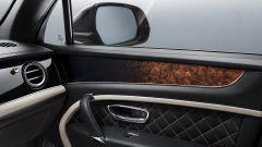 Bentley Bentayga Mulliner: i pannelli porta hanno inserti in pelle e legno
