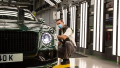 Bentley Flying Spur, un tecnico verifica la verniciatura