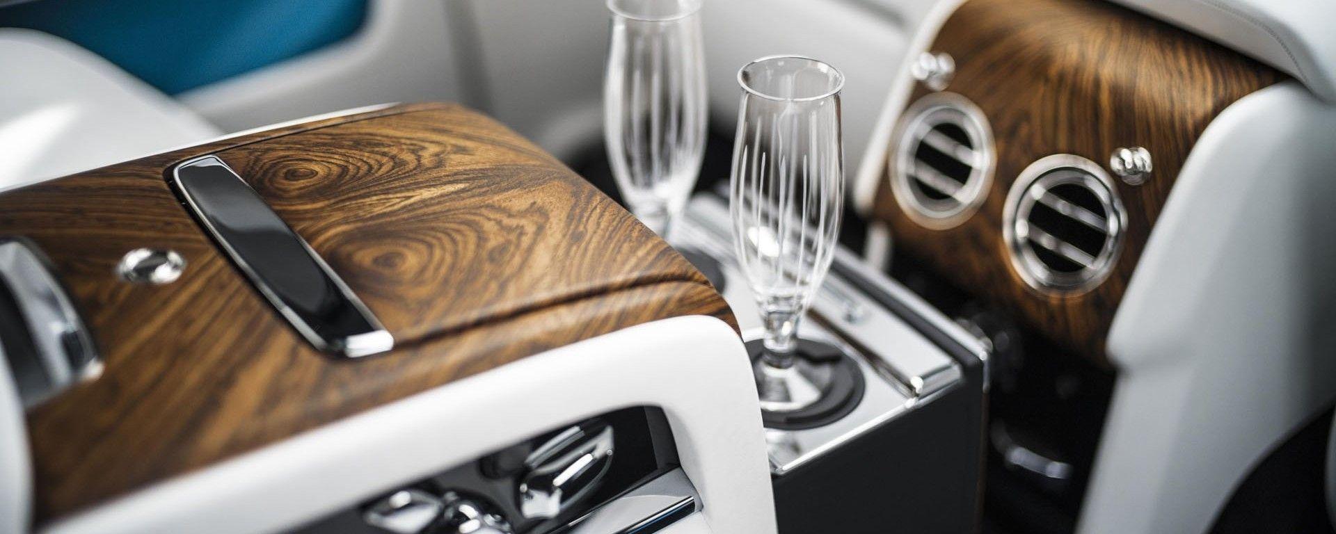 Bicchieri flute a bordo di una Rolls Royce