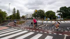 Biciclette che passano sull'asfalto rosso a Cambridge