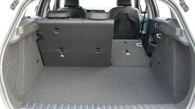 BMW 118i Sport DCT: il bagagliaio con divanetto frazionabile 60:40