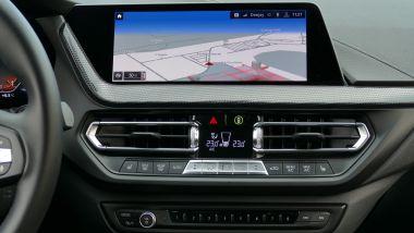 BMW 118i Sport DCT: il disèlay a sfioramento del sistema infotainment e i comandi del climatizzatore e della radio