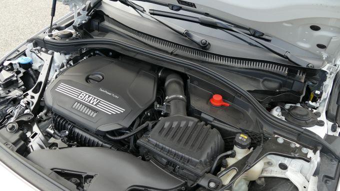 BMW 118i Sport DCT: il motore tre cilindri turbo in posizione trasversale