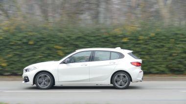 BMW 118i Sport DCT: il profilo della macchina in un passaggio su strada