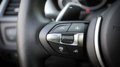BMW 320d GT xDrive: dettaglio dei pulsanti al volante per il cruise control