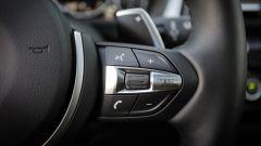 BMW 320d GT xDrive: dettaglio dei pulsanti al volante per il vivavoce e i comandi vocali