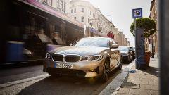 BMW 330e in ricarica