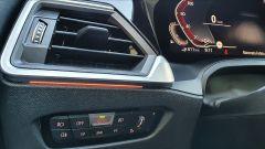 BMW 330e Sport 2020, bocchetta di ventilazione e comandi luci