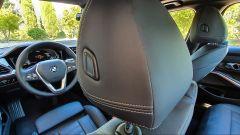 BMW 330e Sport 2020, dettaglio del poggiatesta regolabile