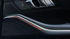 BMW 330e Sport 2020, finitura del pannello porta lato passeggero