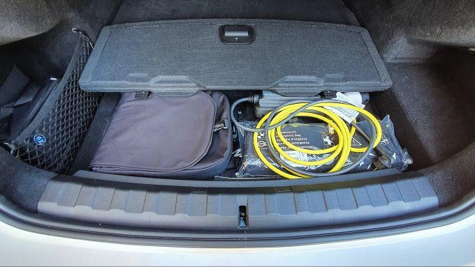BMW 330e Sport 2020, i cavi di ricarica nel doppiofondo del bagagliaio