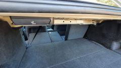 BMW 330e Sport 2020, il bagagliaio con parte dei sedili posteriori abbattuti