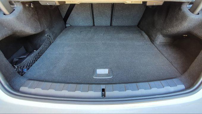 BMW 330e Sport 2020, il bagagliaio