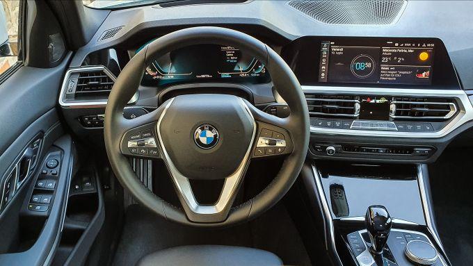 BMW 330e Sport 2020, il posto di guida