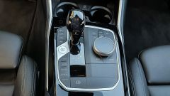 BMW 330e Sport 2020, la leva del cambio automatico