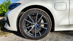 BMW 330e Sport 2020, la ruota anteriore