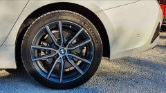 BMW 330e Sport 2020, la ruota posteriore