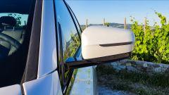 BMW 330e Sport 2020, lo specchio retrovisore