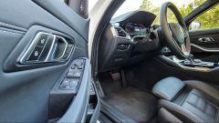 BMW 330e Sport 2020, pannello porta lato guida
