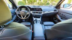 BMW 330e Sport 2020, panoramica degli interni