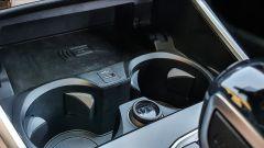 BMW 330e Sport 2020, stazione di ricarica wireless per lo smartphone