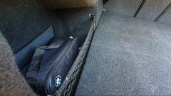 BMW 330e Sport 2020, tasca laterale del bagagliaio