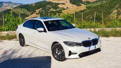 BMW 330e Sport 2020, vista 3/4 anteriore dall'alto