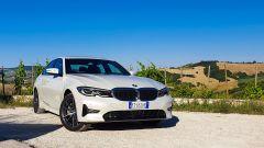 BMW 330e Sport 2020, vista 3/4 anteriore